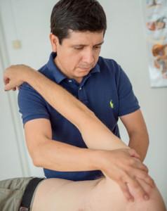 Juan Falen in seiner Praxis für Physiotherapie